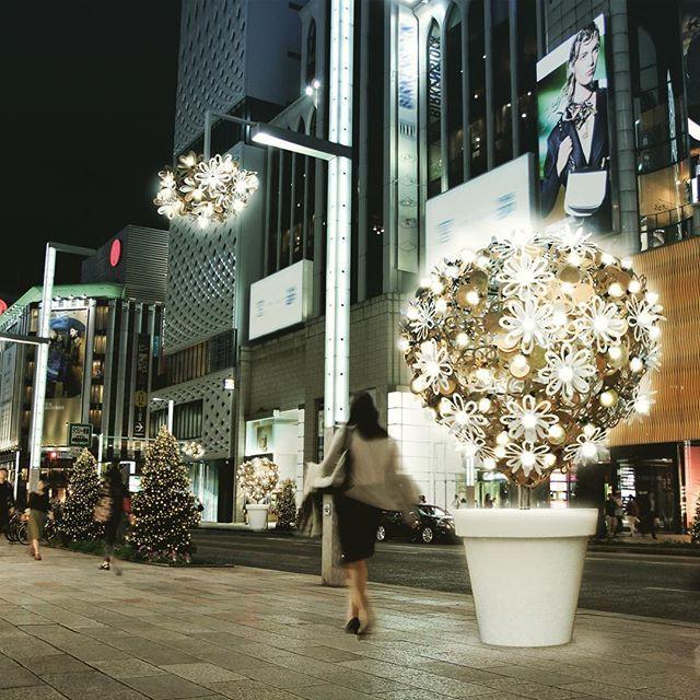 """12月に入り、銀座の街も本格的にクリスマスモードに🎄✨この週末より『GINZA ILLUMINATION』がスタート。フランスのクリエーションスタジオ""""PITAYA(ピタヤ)""""による""""花と樹""""をモチーフにしたオブジェがメイン通りを彩ります💡より華やかで心躍る銀ブラになること間違い無し👟👠👞 2017 年1 月9 日(月・祝)まで 銀座・中央通りの1 丁目から8 丁目および晴海通りの数寄屋橋から銀座4 丁目交差点付近"""