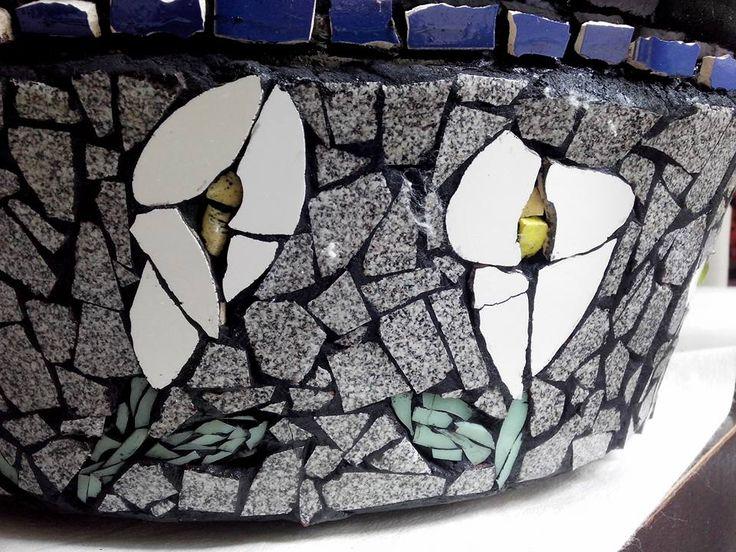 macetero en mosaico. calas