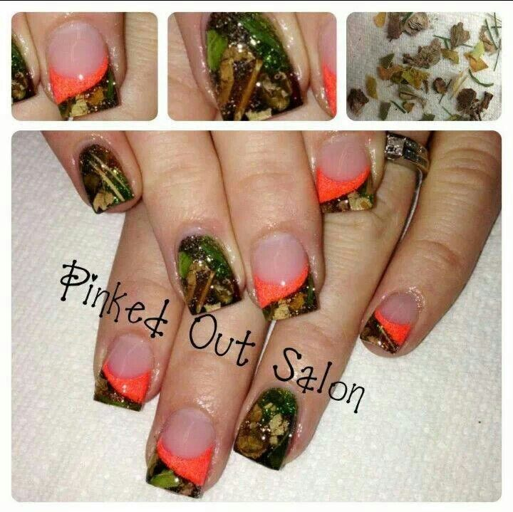 Who would have thought to put leaves and grass on your nails!? Looks cool though.