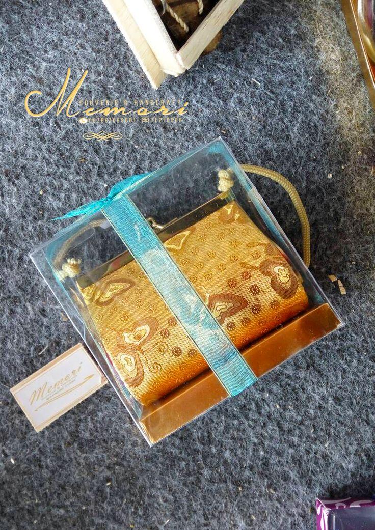 dompet holo....  Aneka macam souvenir mulai dari harga 1000 sista bisa dilihat-lihat atau samperin langsung basecam kami di Jln Sriwijaya (timur epic.mall) More info 081917457928 atau pin di 7C21090B  #memorisouvenir #gadweddingorganizer #lomboksouvenir #souvenirmurah