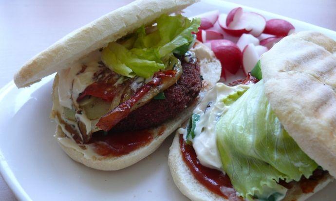 Řepné burgery s grilovanou zeleninou