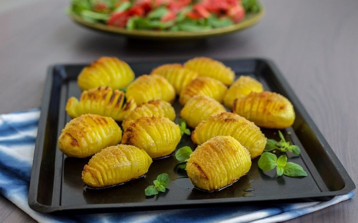 Vad vore livet utan vår favoritknöl? Så mycket gott man kan laga med potatis. Allt från soppa, biffar, sallad till krispigt ugnsbakat. Jag har samlat mina bästa potatisrecept på en och samma plats. Klicka på den röda texten för att komma till recept. Ugnsbakad potatis Perfekt ugnsrostad potatissom blir krispiga utanpå och mjuka inuti. De får sin härliga smak och färg av smör. Ett recept som du bara måste testa! Kryddig ajvarpotatis som kommer att höja smaken på den enklaste rätten. Grymt…