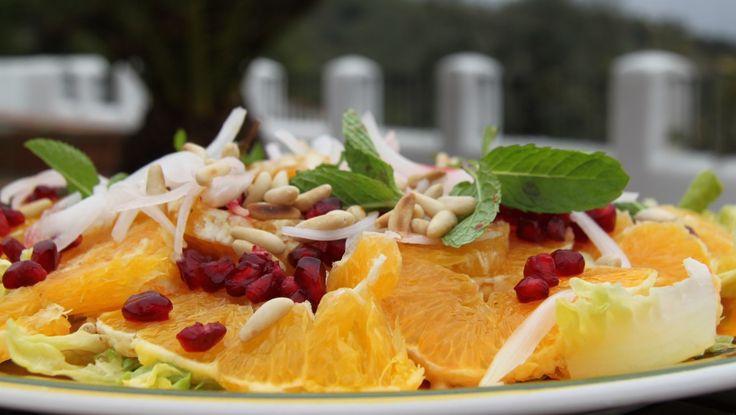 Spanske appelsiner i en god appelsinsalat med pinjekjerner, granateplekjerner, løk og mynte. Foto: Fra TV-serien Spanske fristelser / DR