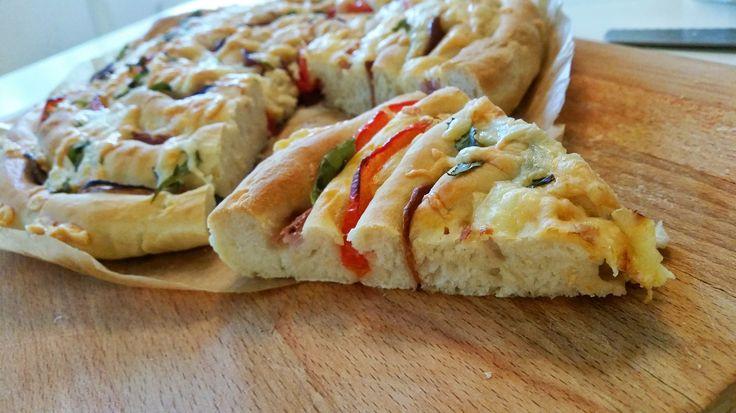 Ett matigt och vackert bröd som är en blandning mellan focaccia och pizza. Ett härligt bröd att duka fram på buffén, till salladen, soppan eller att ta med på picknincken. Fyll brödet med det du gillar att ha på din pizza. Det mesta passar bra att ha i, tänk bara på att inte ha för blöt och för mycket fyllning. Det smakar fantastiskt gott, vårt nya favoritbröd här hemma.