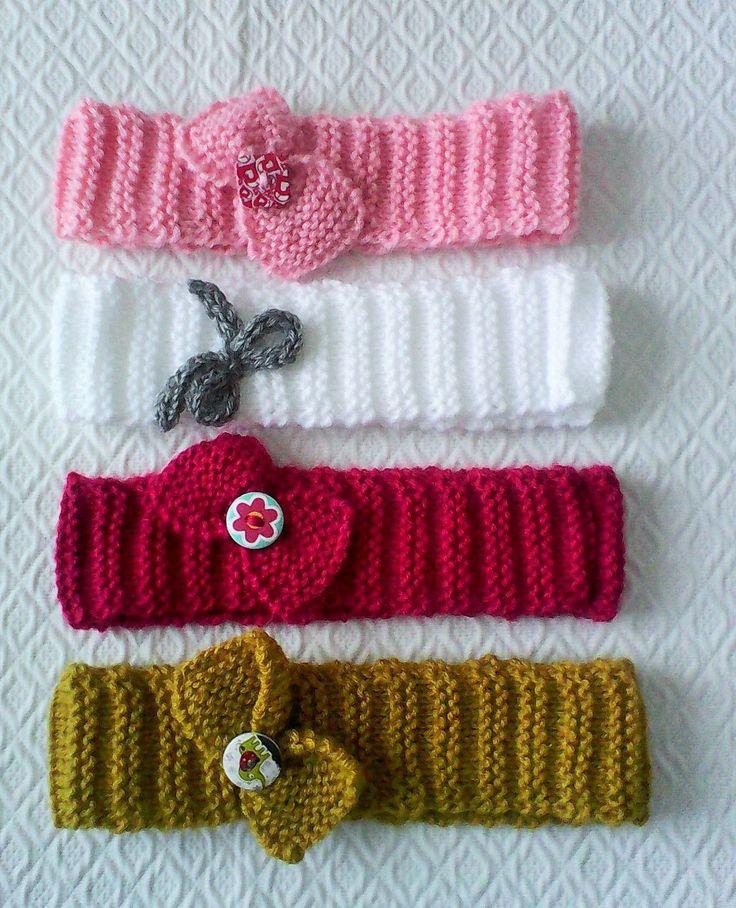 Bandeau fille ,tricoté main ,rose , avec noeud fixé par bouton rose et blanc, en bois .
