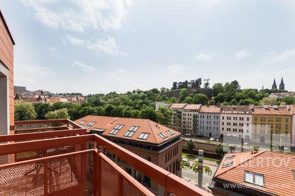 Im Areal findet man Dienstleistungen wie: Rezeption, Parken, Handelszentrum und Restaurant. http://www.mietwohnungen-prag.de