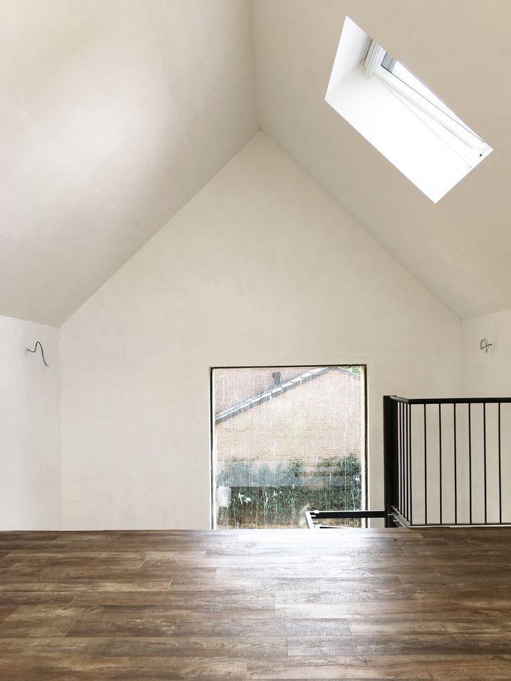 De afwerking van de binnenruimtes is in volle gang. De opdrachtgever heeft er nu voor gekozen om een pvc vloer met houtprint toe te passen. Er is rekening gehouden met het feit dat er nog altijd voor een parketvloer gekozen kan worden.  meer projecten: http://www.denieuwecontext.nl/
