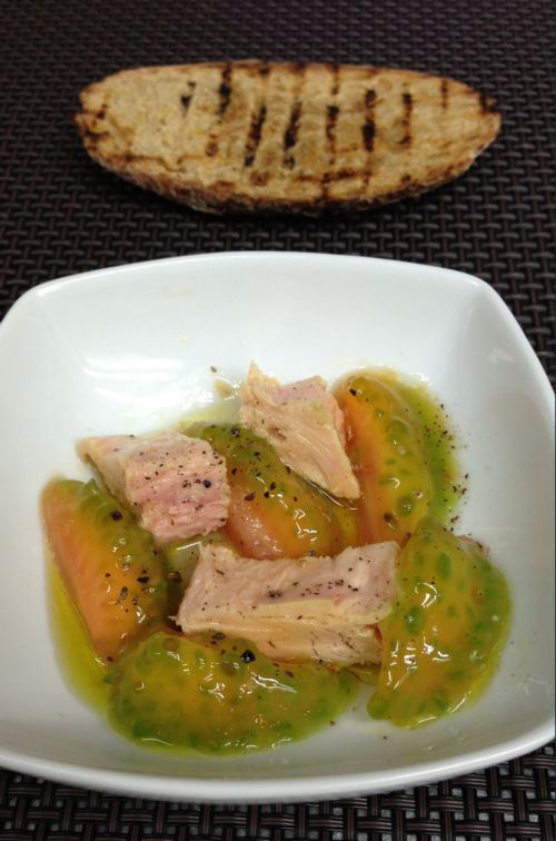 Tomato flesh with Bonito del Norte (white tuna) from the Cantabrian Sea. Diet dish. Corazones de tomate con Bonito del Norte Olasagasti. Cuídate en todos los sentidos.