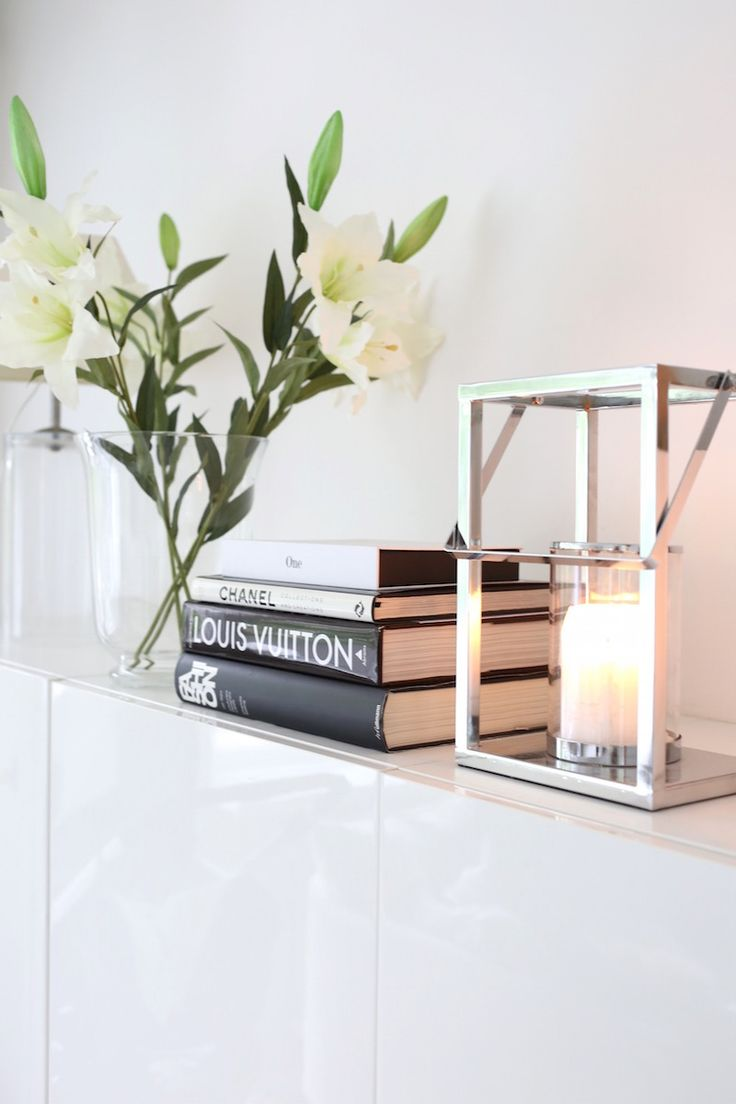 Homevialaura | Livingroom details | coffee table books | white lilies