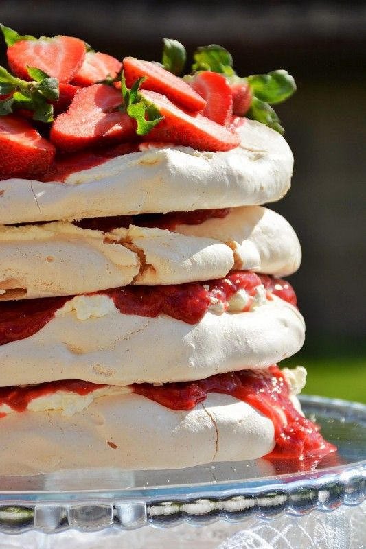 Moje Wypieki | Tort bezowy z rabarbarem i truskawkami