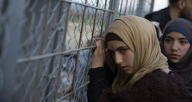 Pengungsi Perempuan Suriah Hadapi Pelecehan Seksual di Yunani Syiahindonesia.com - Ketika memutuskan untuk meninggalkan tempat tinggalnya di kota Idlib Suriah Warda tahu ia akan menghadapi perjalanan panjang nan sulit. Namun sebagai seorang gadis muda berusia 18 tahun tidak pernah sekalipun terlintas dalam benaknya bahwa ia akan menghadapi bahaya yang cukup parah.  Seorang perempuan Suriah bersandar di pagar logam yang memisahkan mereka dari Macedonia di stasiun perbatasan Yunani Idomeni 28…