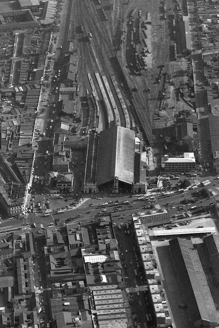 Chile, Santiago. Vista panorámica aérea de la zona de Estación Central. Se ven los andenes, vías de ferrocarriles y zona de maestranzas, año 1964.