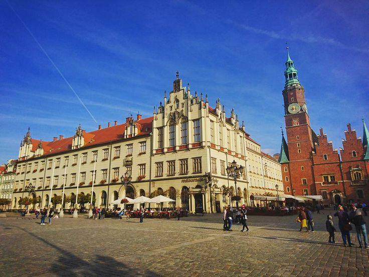 Druga połowa października a na termometrach 20'C! Nic więc dziwnego że wrocławski Rynek znowu zapełnił się turystami  ____________ #docelowo #wrocław #wroclaw #wroclove #staremiasto #rynek #oldtown #marketsquare #sunny #sunnyday #friday #weekend #autumn #fall #october #tourist #travel #jesień #jesien #październik #piątek #visitwroclaw #instamood #instagood