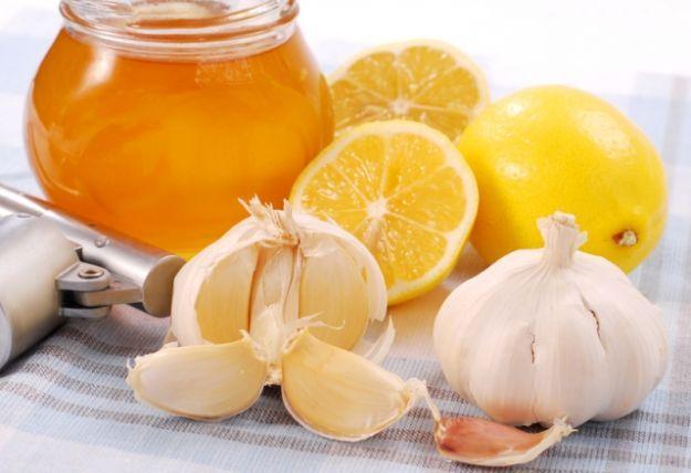 A nostra disposizione ci sono degli antibiotici naturali, che possono essere utilizzati per rafforzare le nostre difese immunitarie. I più efficaci sono la propoli, i semi di pompelmo e il tea tree oil.