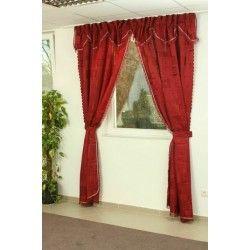 Tegye hangulatosabbá hálószobáját egy vörös függönnyel.  http://szonyegplaza.hu/fuggoy_495/akcios_kesz_sotetito_fuggony_7990_ft_707/sotetito_fuggony_voros_6649