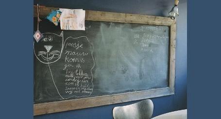 Schoolbord met houten lijst. Bekijk dit stappenplan van GAMMA en lees hoe u uw doe het zelf ideeën makkelijker kunt realiseren.