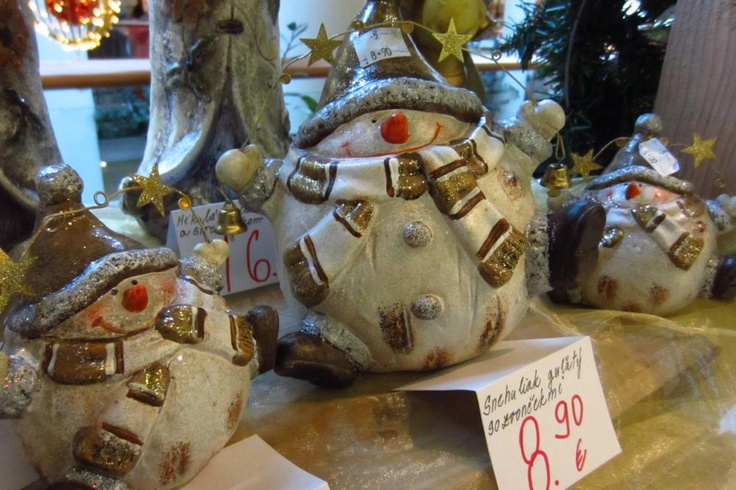 Snehuliak medzi vianočnou výzdobou by nemal chýbať v žiadnej domácnosti.