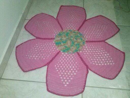 Tapete para quarto infantil de crochê modelo de flor.  Vendemos pelo mercado livre.  Contato: (41) 99132-4721