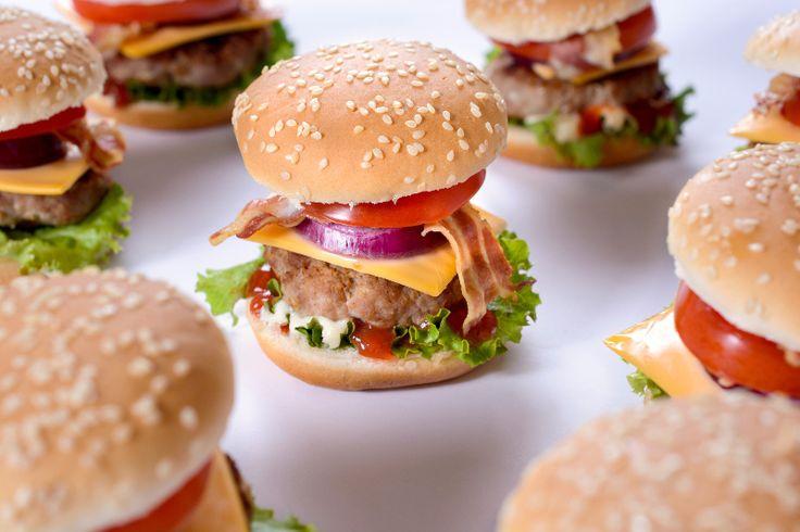 Je sais pas pourquoi, mais j'ai toujours aimé les mini-burgers.  Je pense que c'est parce qu'on finit toujours par manger plus de bacon et de garniture que dans les gros  Préparez-vous en tout plein, le temps est bon pour ça…