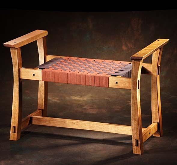 Небольшая скамейка для дома из дерева, лавочка с подлокотниками идеи как сделать мебель для дома увидеть на фото