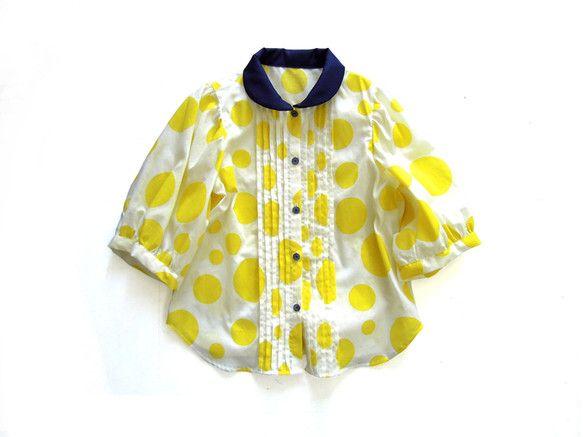 大きな黄色の水玉生地に衿とボタンにネイビーを効かせたブラウスです。丸衿と前後に入れたピンタックがポイント。■size(cm)110 cm :総丈 41.5 /...|ハンドメイド、手作り、手仕事品の通販・販売・購入ならCreema。