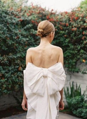 piękna sukienka z kokardą na plecach.