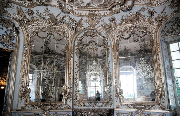 Caratteristiche dell'arredamento Rococò sono le decorazioni abbondanti e sfarzose.