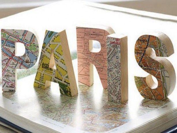 kartonnen letters beplakt met de wereldkaart