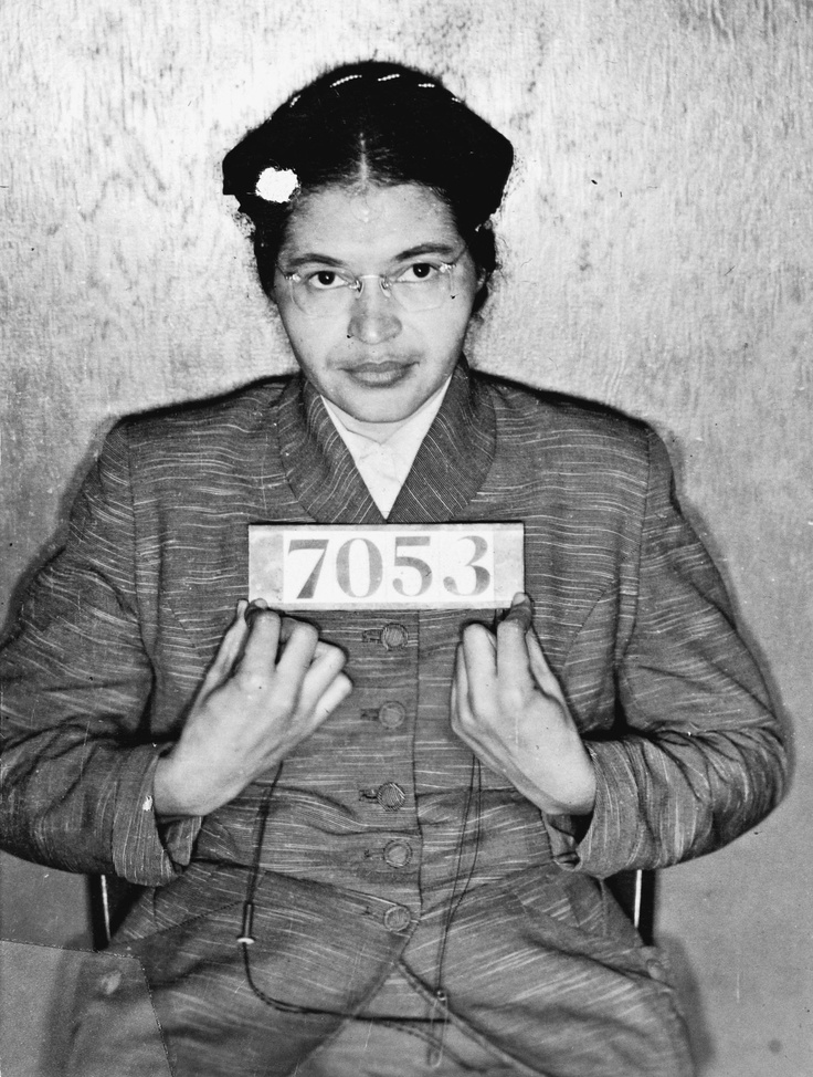 """Rosa Parks - """" la primera mujer de los derechos civiles """" . cuando estaba en un autobús en Alabama se negó a ceder su asiento a un pasajero blanco"""