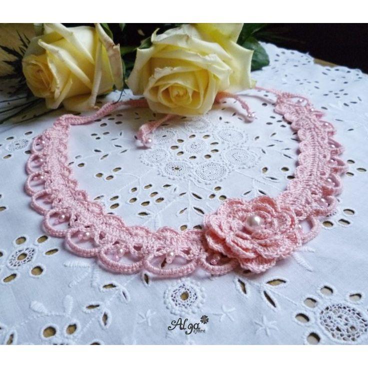Háčkovaný náhrdelník s perličkami
