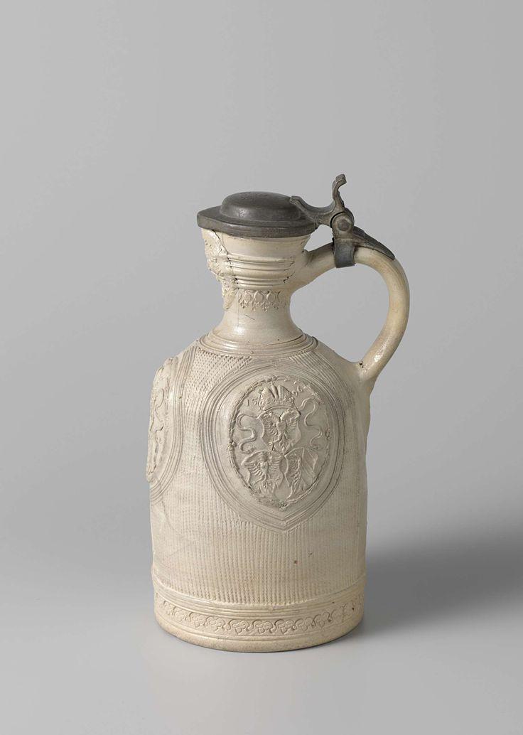 Anonymous | Kan, Anonymous, 1596 - 1605 | Kan van steengoed. De brede cilindervormige buik gaat over in de nauwe hals. De zich naar boven verwijdende hals heeft een spitse tuit. Het hele lichaam is versierd met horizontale kerven. Er is driemaal een ovaal medaillon opgedrukt, elk met drie wapens: het Rijkswapen met jaartal 1596, wapen van de familie Von Merlan en van de stad Neurenberg. Met tinnen deksel.