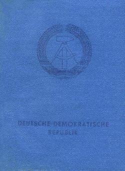 Der Personalausweis: Das wichtigste Dokument des DDR Bürgers war natürlich der Personalausweis. Den ersten Ausweis bekam man mit 14 Jahren, dieser Ausweis war 20 Jahre gültig. Neben den persönlichen Daten wurden auch die Kinder und der jeweilige Wohnort im Personalausweis eingetragen. Jeder Ausweis hatte neben der Ausweisnummer auch eine Personenkennzahl (PKZ). Über die war jeder DDR Bürger eindeutig zuordenbar. Kriminellen und missliebigen Personen nahm man den Personalausweis ab.