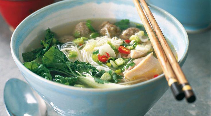 Den här vietnamesiska nudelsoppan med frikadeller och kycklingär frukost i Vietnam och värmer gott. Man tar en skål och lägger i kokta nudlar, frikadeller, kyckling och grönsaker och häller sedan på het buljong. Därefter smaksätter man soppan med chili, lök, lime, koriander och fisksås.
