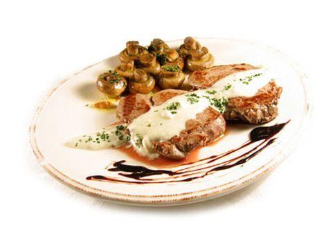 Solomillo de ternera con salsa roquefort y champiñones