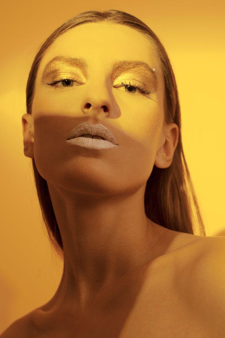 Тональный крем MUFE Ultra HD Stick Foundation, тушь MUFE Excess Lashes, помада Smashbox Be Legendary Fair Play, помада INGLOT Colour Play Lipstick 100, бронзер La Mer The Bronzing Powder, пигмент  PAT McGRATH LABS Metallic Gold Pigment, блеск для век MAC Eye Gloss Money Honey.