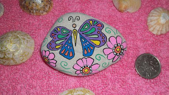 Dit is een natuurlijke strand kiezel gevonden door mijzelf op mijn lokale strand. Het is een origineel ontwerp van een vlinder met verf pennen hand versierd door mezelf gedaan. Dit kan worden gebruikt als een papiergewicht of gewoon genoten als ornament.