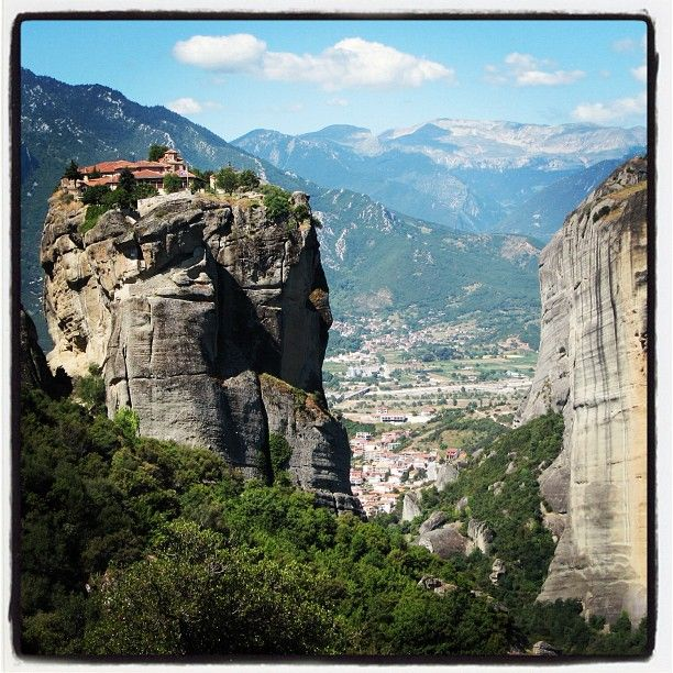 Impressive Meteora Rocks! Photo taken by @candyeekoko
