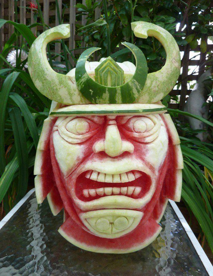 incroyables sculptures de pasteques viking samourai   Les sculptures de pastèques de Clive Cooper    Sculpture photo pasteque image food art...