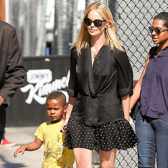 Charlize Theron adopte une petite fille   HollywoodPQ.com