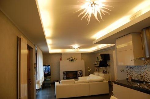 Un salotto illuminato con una striscia led a luce calda strisce led bathroom lighting - Strisce a led per interni ...