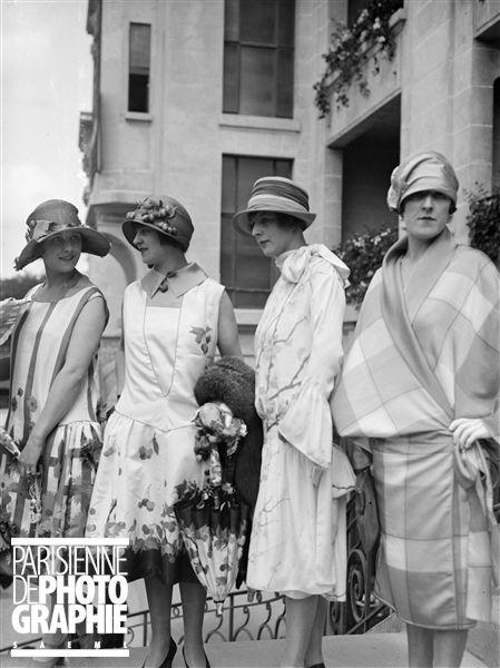 Mode aux courses. Robes imprimées, manteau à carreaux. Paris (16e) hippodrome d'Auteuil - 1926 - Photo de Maurice-Louis Branger