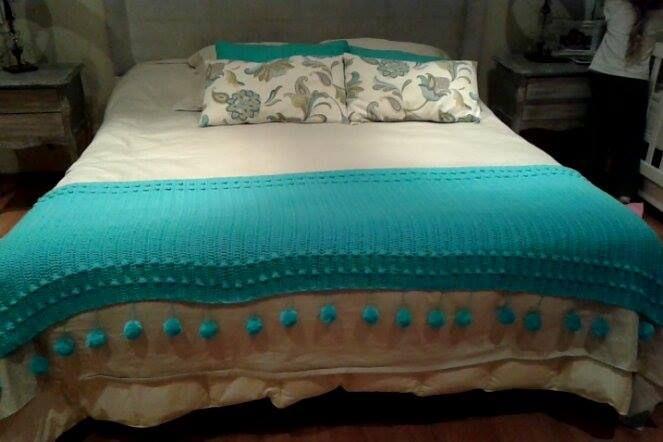 Pie de cama con pompones de 1 x 2 mt. realizado en lana. Hace tu pedido en https://web.facebook.com/tejidos.estilo.artesanal