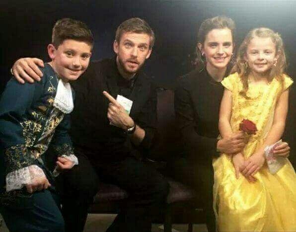 NEW PHOTO ❥ — Emma & Dan Stevens con dei piccoli fans durante la conferenza stampa de La Bella e la Bestia a Londra / ₂₂.₀₂.₁₇ Crediti : Queen Watson ~EmWatson