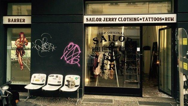 Vom 11. – 14. August poppt Sailor Jerry mit einem Store in der Kopernikusstraße in Berlin auf. Mit Musik, Filmen, Shopping und Drinks. Ohne Voranmeldung könnt ihr euch von Black Cat Tattoo Berlin die Haut verschönern oder vom britischen Barber Steven Ward die Haare schneiden lassen. Wir verlosen ein Tattoo und anderes!  #tattoo #sailorjerry #berlin #popup #store #win #gewinnen