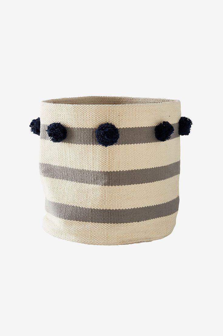 Dekorativ förvaringskorg med ränder och garnbollar i vävd kelim. Passar även som kruka för en avslappnad inredningsstil. Material: 100% bomull. Storlek: Höjd 35 cm, ø 35 cm. Beskrivning: Förvaringskorg i vävd kelim med handtag och ränder. Tips/Råd: Använder du korgen som kruka? Pplacera då växten i en fuktsäker innerkruka.
