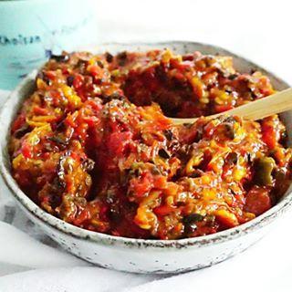 Ik maakte van maar een paar ingrediënten een héérlijke #tapenade van geroosterde paprika en tomaat en er komt bijna geen olie aan te pas 👌❤ heerlijk voor bij de borrel, op je brood of bij een stuk vlees of vis. Overal mee te combineren dus ga jij hem maken? Nu voor je online, link in bio! #essiehealthylife - - #spread #vegetarian #paprikaspread #vegetarisch#fitgirlsnl #dutchfoodie #borrelhapje #afvallen #fitdutchies #foodinspiration #fitfamnl #groente #gezondeten #healthyfood…
