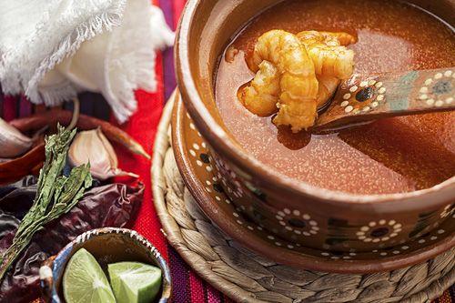 El Chilpachole es una sopa espesa que se prepara con chiles y camarones. Este platillo se puede servir como plato de entrada o como botana en shots; como en la Cantinas Mexicanas.