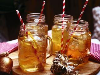 Almdudler-Cocktail Eine Zitrone (Bio) waschen, in Scheiben schneiden. Je 1 Scheibe mit Eiswürfeln in 6 hohe Gläser verteilen. Jedes Glas mit 20 ml Citrus-Wodka und 150 ml Almdudler auffüllen. Mit Strohhalmen servieren.