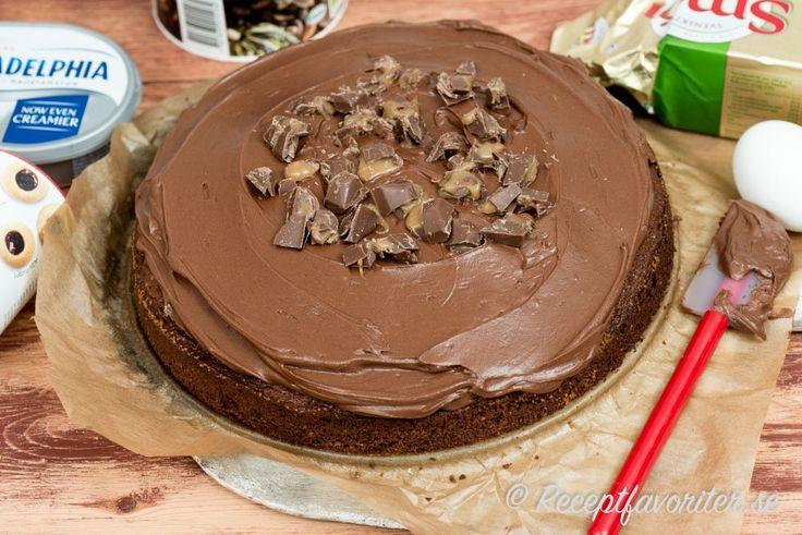 Chokladtårta med frosting och Dumlekross