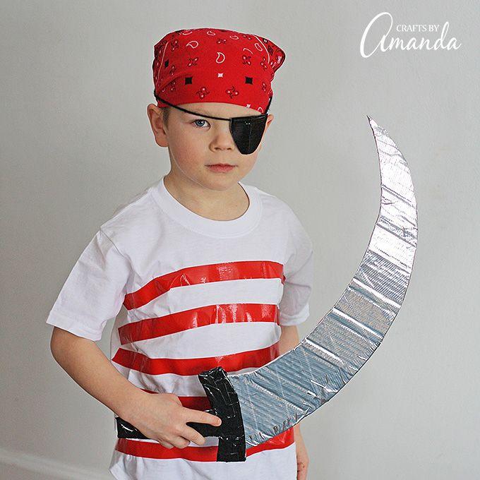 Gebruik duct tape, gewone kleding en een beetje karton om deze super eenvoudig, ideaal voor last-minute piraat kostuum voor Halloween of een piraat verjaardag te creëren!